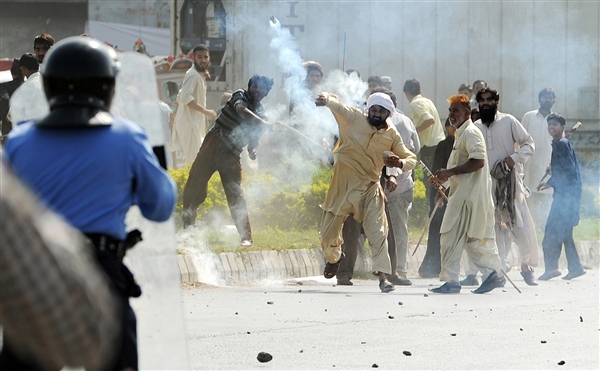 Pakistanda Film Protestosunda Kan Aktı 15