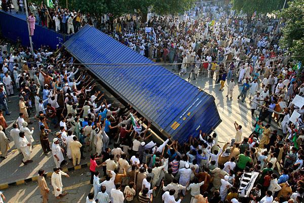 Pakistanda Film Protestosunda Kan Aktı 7