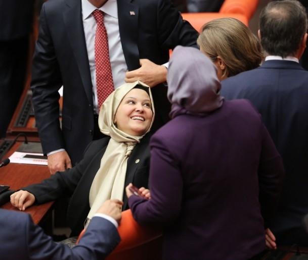 AK Partili 4 vekil Genel Kurul'a başörtülü girdi 1