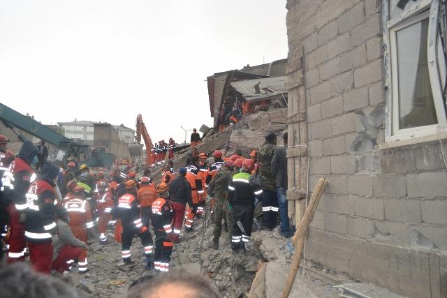 Yaşar Yüzerin Objettifinden Deprem 17