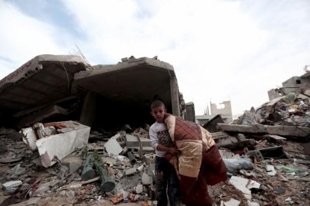 """Gazzeli Çocuklar Enkaz Altında """"Kışlıklarını"""" Arıyor 1"""
