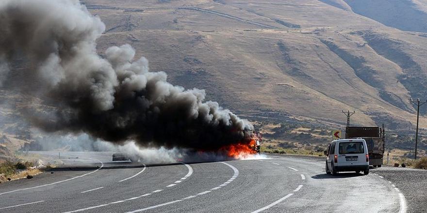 Tunceli'de PKK'lı Militanlar Yol Kesip Araç Yaktı!