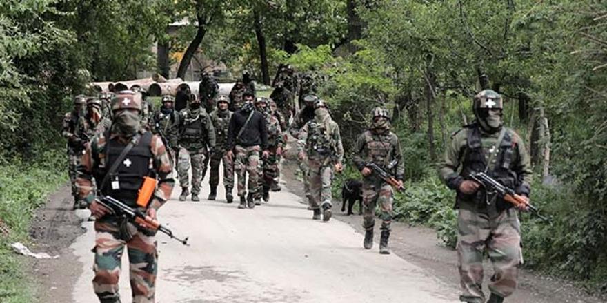 Hindistanlı Askerler Keşmir'de Camilere ve Evlere Saldırdı!