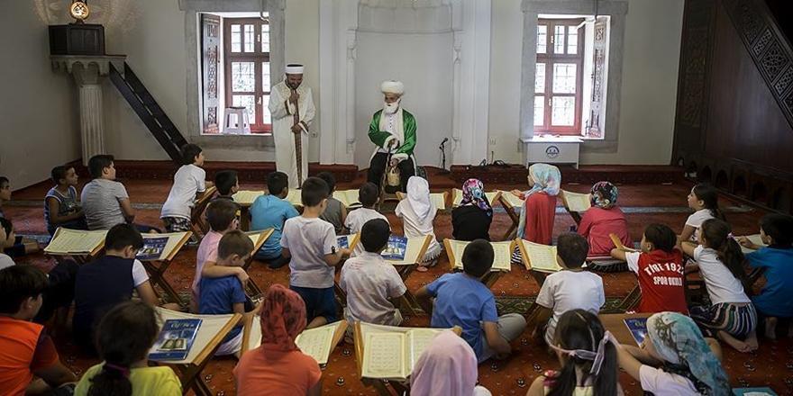 Çocukları Sosyal Medya ile Camiye Teşvik Etti