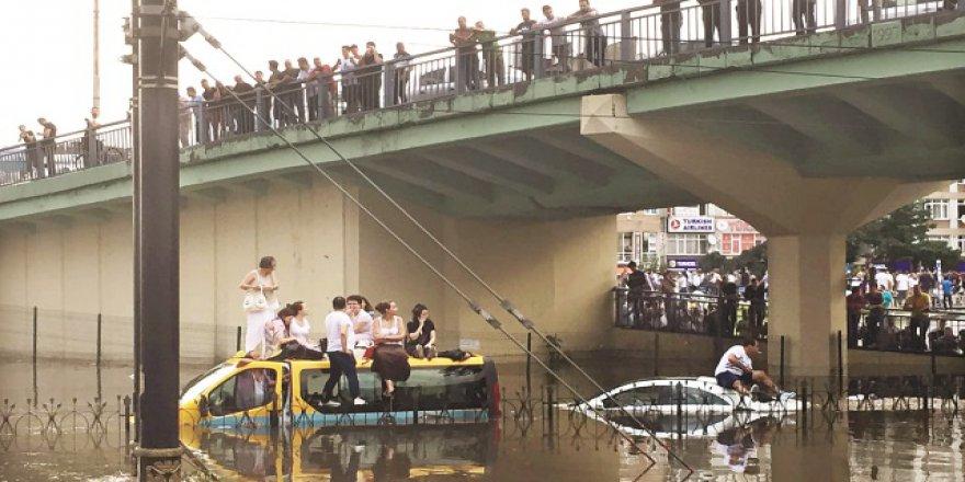 10 Dakikalık Yağmur İstanbul'da Hayatı Felç Etti