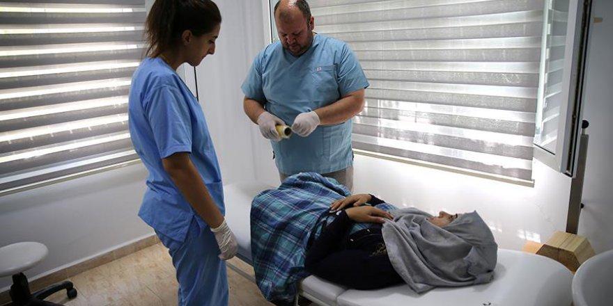 AID Suriyeli Öğretmenin Protez Bacağını Yapıyor