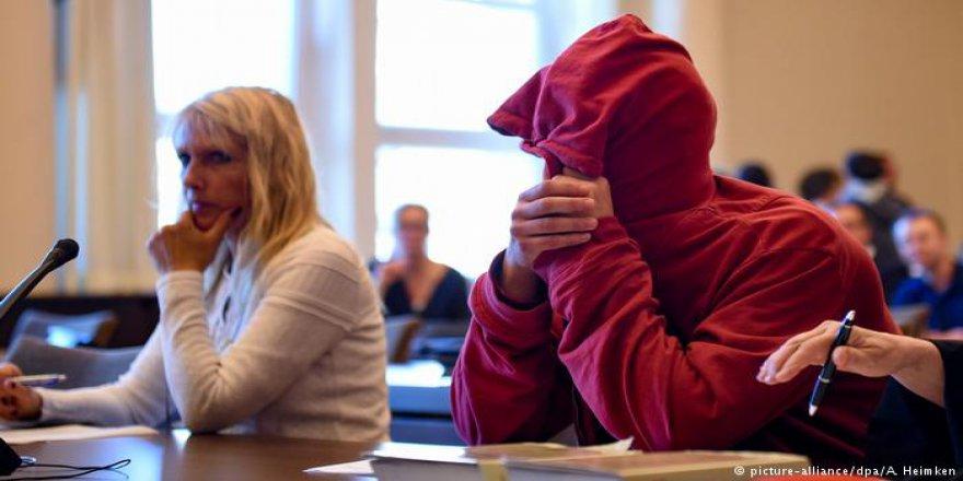 Almanya Polise Şişe Atan Protestocuya 2 Yıl 7 Ay Hapis Verdi