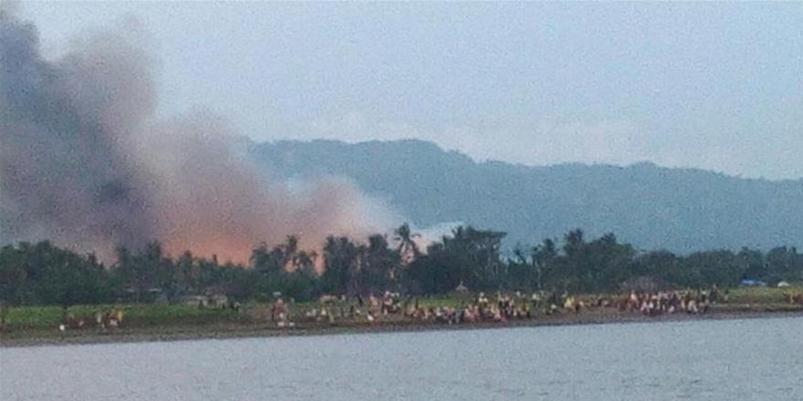 Katliamdan Kaçan Arakanlıların Köyleri Ateşe Veriliyor!