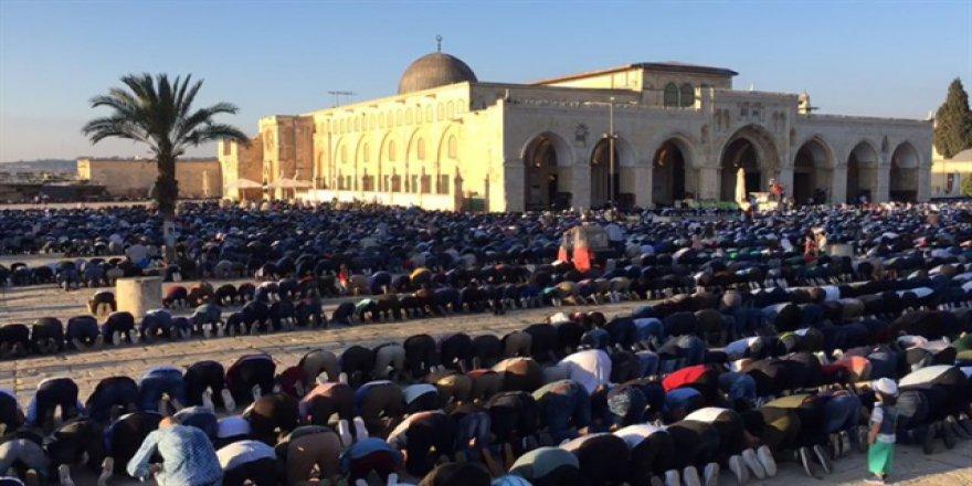 On Binler Mescid-i Aksa'da Bayram Namazı Kıldı