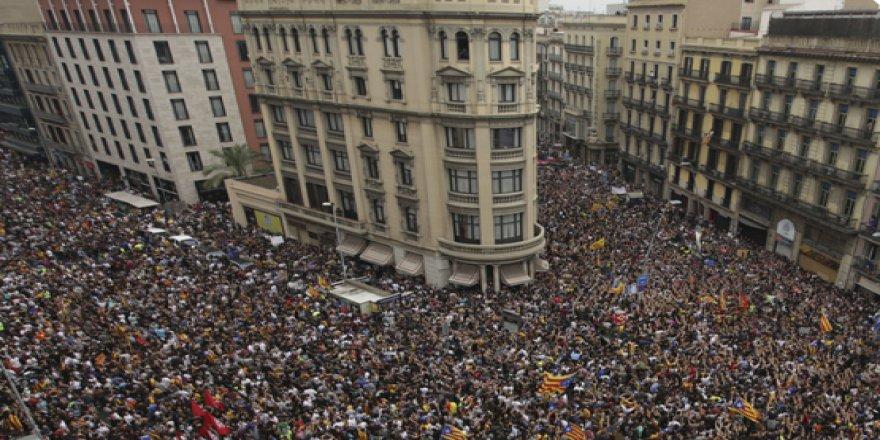 Barselona'da Genel Greve Gidenler Sokaklara Döküldü
