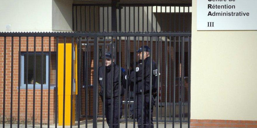 Paris'te Sığınmacı Gözaltı Merkezinde Polis Protestosu
