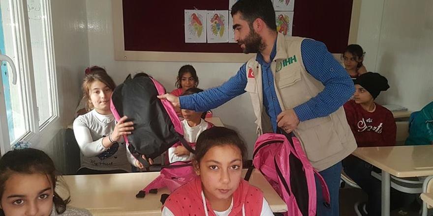 İHH'dan Suriyeli Öğrencilere Kırtasiye Yardımı