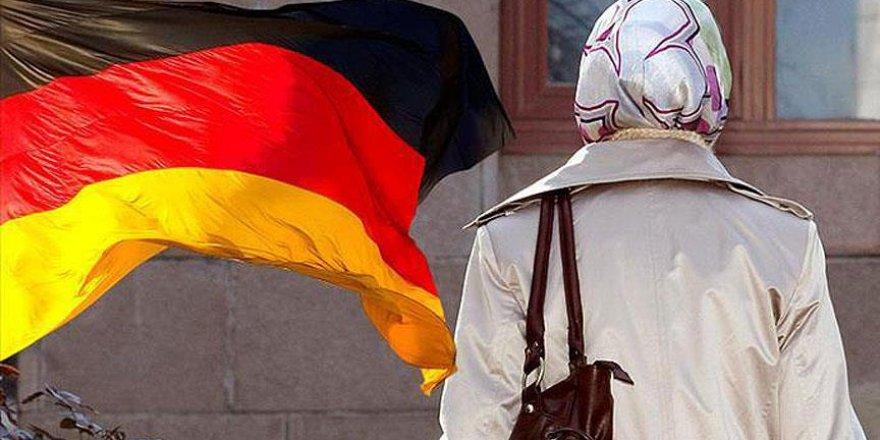 Öğrenciye 'Başörtünü Çıkar' Diyen Alman Profesöre Protesto