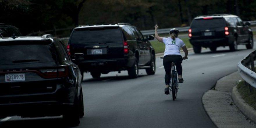 ABD'de Trump'a El İşareti Yapan Kadının İşine Son Verildi