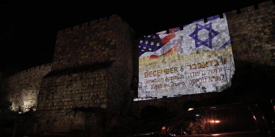İşgalciler Kudüs Surlarına ABD ve Siyonist Bayraklarını Yansıttı