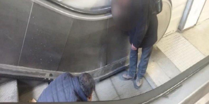 Taksim'de Onlarca Kişiye Aldırmadan Bonzai İçtiler