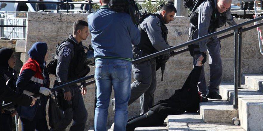 Siyonist İsrail Polisi Filistinli Kadını Yerlerde Sürükledi
