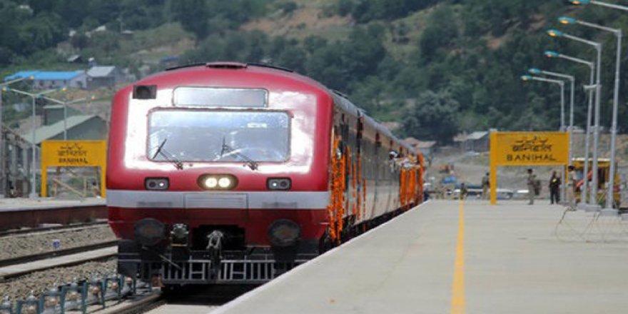 Keşmir'de İnternet ve Tren Seferleri Askıya Alındı