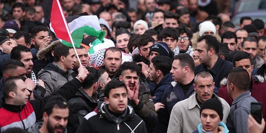 İsrail Hapishanesinde Hayatını Kaybeden Filistinli Defnedildi!