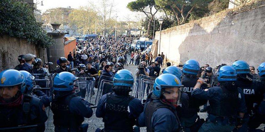 İtalya'da Aşırı Sağ Karşıtı Öğrenciler Polisle Çatıştı
