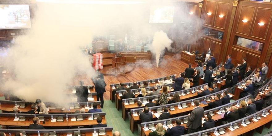 Kosova Meclisinde Yine Gaz Bombası!