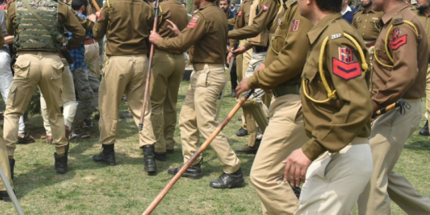 Keşmir'de İşgalci Hint Polisi ve Öğrenciler Çatıştı