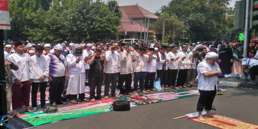 Myanmar'da Sokakta Namaz Kılan Müslümanlara Hapis Cezası