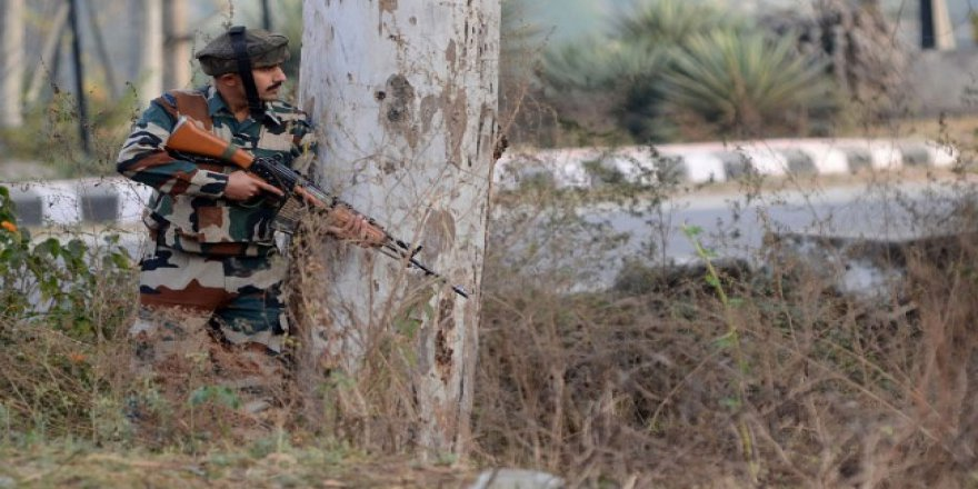 Keşmir'de Direnişçiler ile İşgalci Hint Askerleri Arasında Çatışma