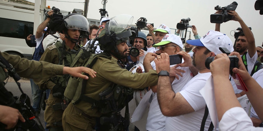 İşgalci İsrail'in Gazetecilere Yönelik İhlallerine Protesto!