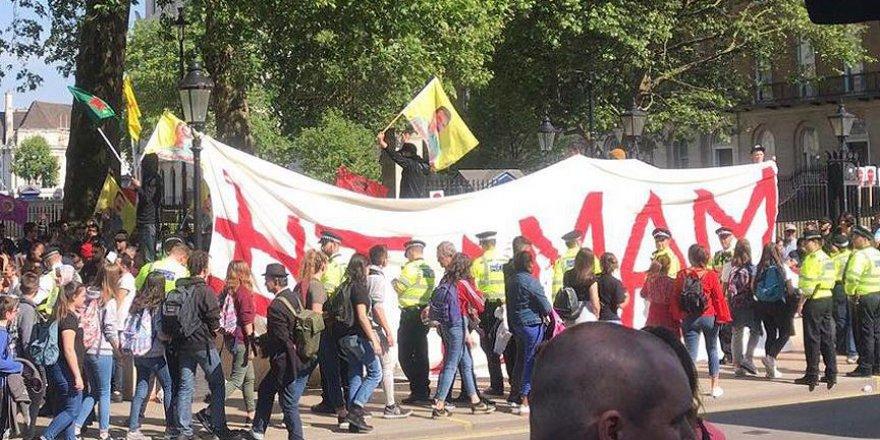 PKK Yandaşları Londra'da 'Tamam' Pankartı Açtı