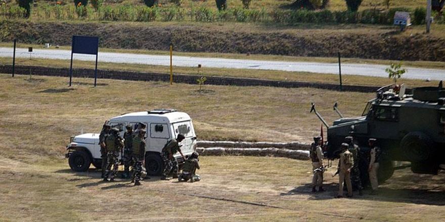 Hindistan'da Polis Aracına Bombalı Saldırı: 6 Ölü