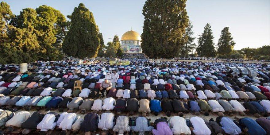 Müslümanlar Bayram Namazı İçin Mescid-i Aksa'ya Akın Etti