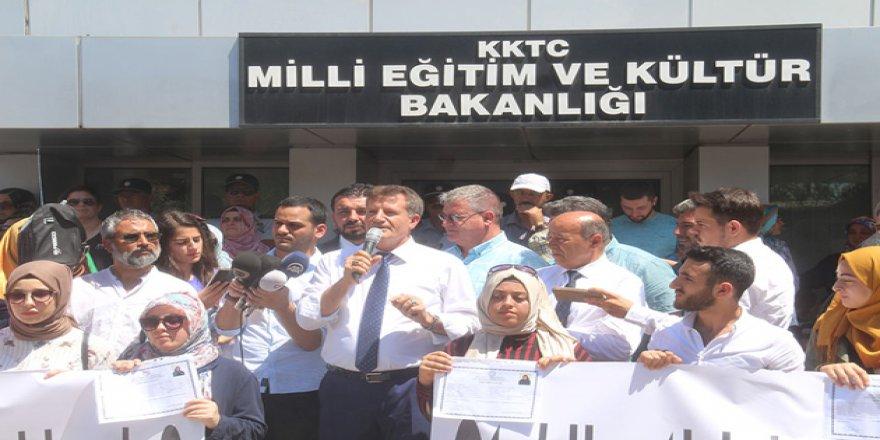 Kıbrıs'ta Başörtülü Öğrencilerin Mezuniyetine MEB Engeli