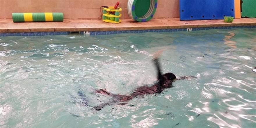 İtalya'da Haşema Giyen Kadın Havuzdan Çıkarıldı!