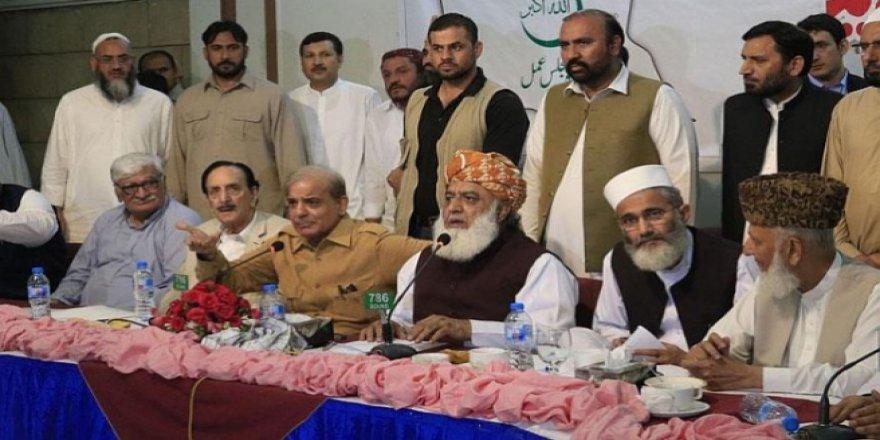 Pakistan'da Seçimde Saf Dışı Kalan Partiler Kazanan Partiye Karşı Birleşti