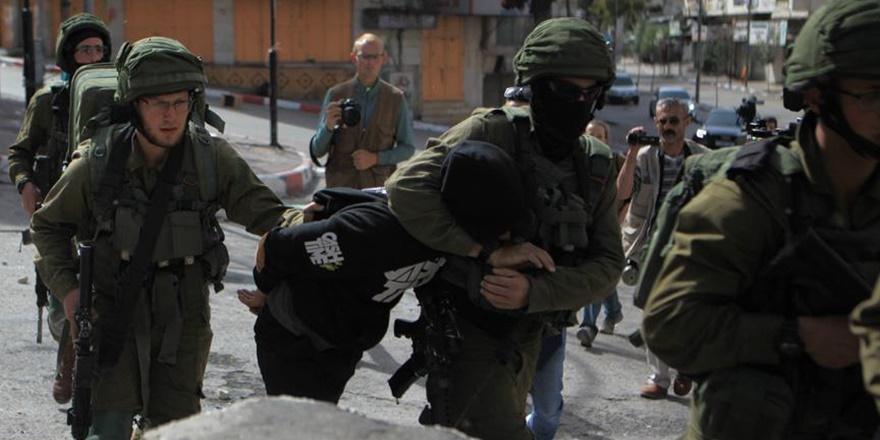 İsrail Güçleri İkisi Kadın 28 Filistinliyi Gözaltına Aldı!