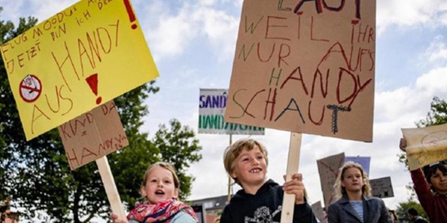 Almanya'da Çocuklardan Çağrı: Benimle Oyna, Telefonla Değil