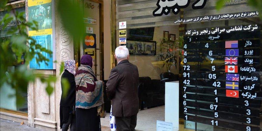 İran'da Halk Dolar Bozdurmak İçin Sarraflara Hücum Etti