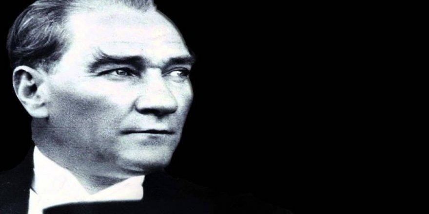 """Bütün """"En""""leri Şahsında Toplayan Şişirilmiş Bir Portre Olarak Mustafa Kemal Kurgusu"""