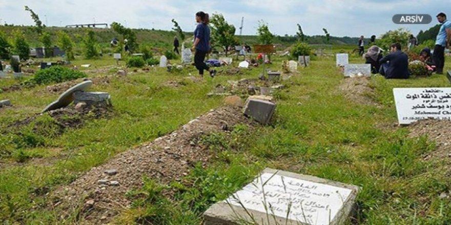 Almanya'da Müslüman Mezarlığına Gamalı Haçlı Saldırı