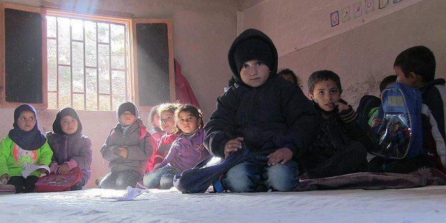 Beton Zemin Üzerinde, Sobasız Sınıflarda Ders Yapıyorlar