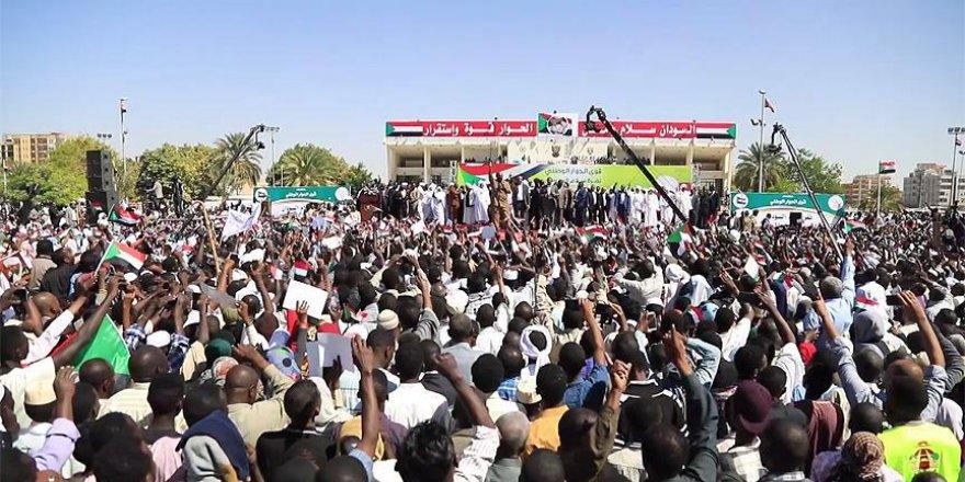 Sudan'da Beşir Yanlıları İlk Kez Meydanlara İndi