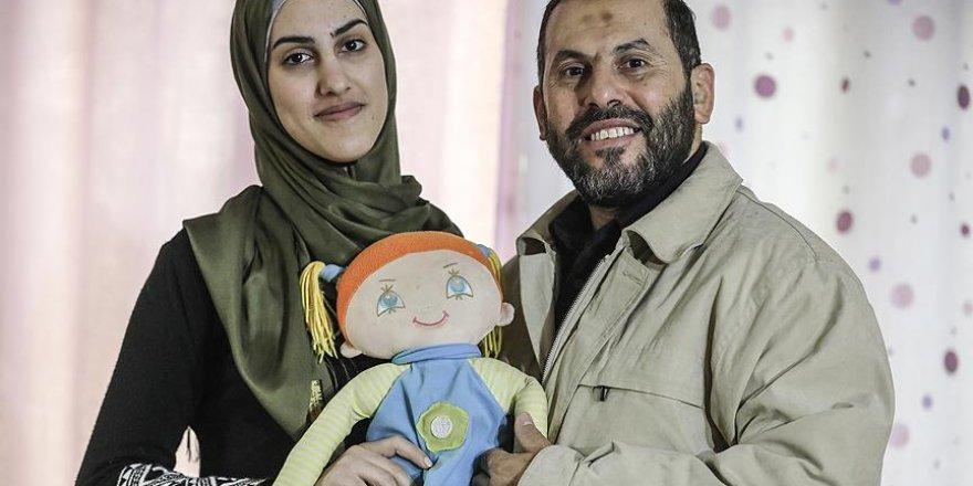 Filistinli Sara Babasının Aldığı Bebeğe 18 Yıl Sonra Kavuştu