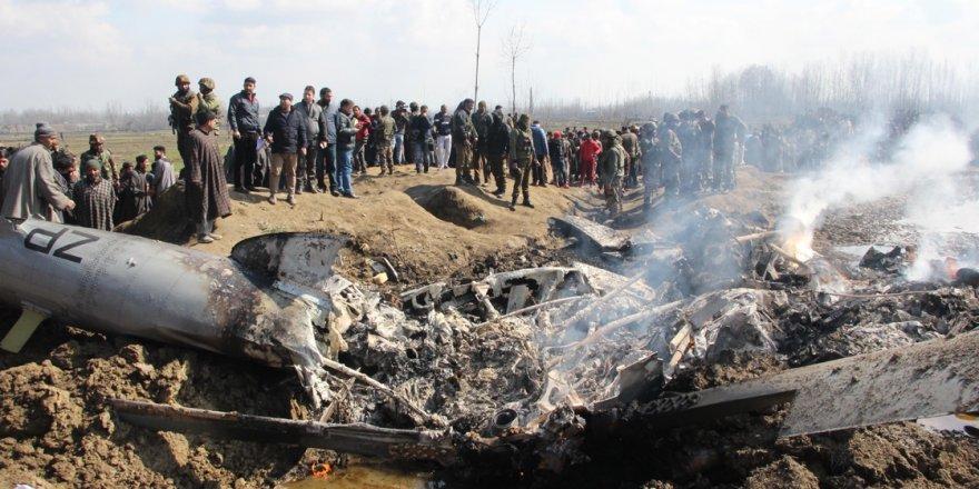 Gözaltındaki Pilot Hindistan'a Teslim Edilmek Üzere Sınır Kapısına Getirildi