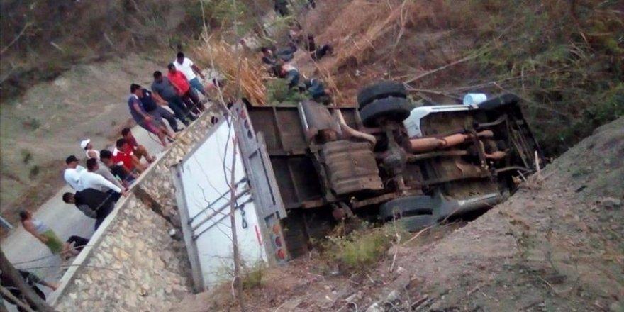 Meksika'da Göçmenleri Taşıyan Kamyon Devrildi 25 Kişi Hayatını Kaybetti