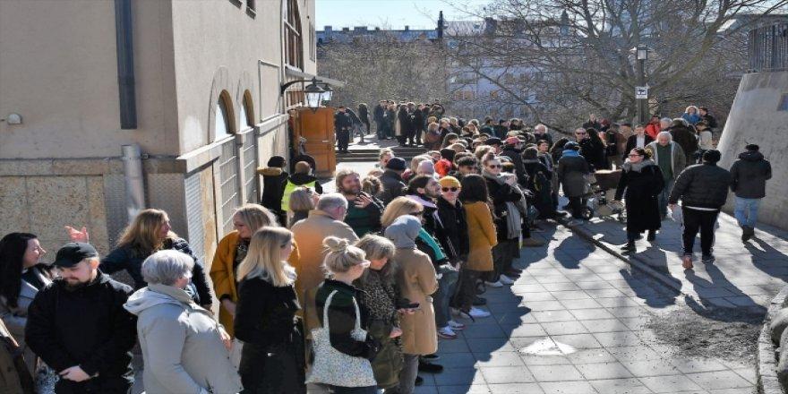 İsveçlilerden Cuma Namazını Kılan Müslümanlar İçin İnsan Zinciri