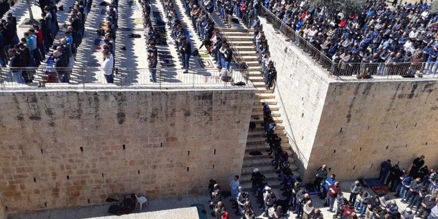 40 Bin Filistinli Mescid-i Aksa'da Cuma Namazı Kıldı