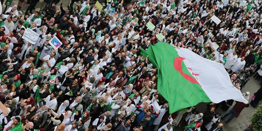 Cezayir'de Buteflika Karşıtı Gösteriler Devam Ediyor