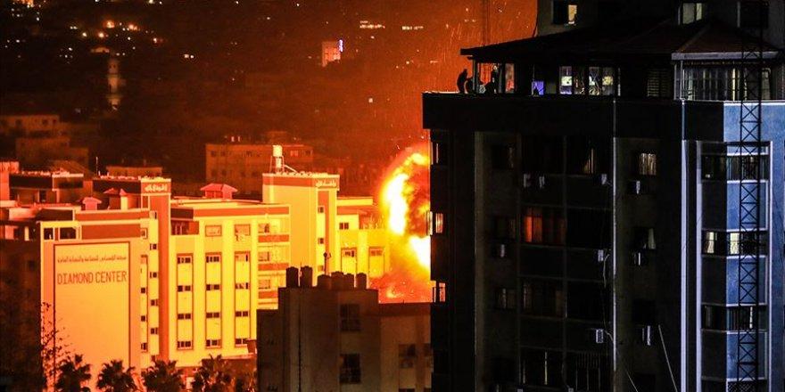 Siyonist İsrail Gazze'yi Vuruyor