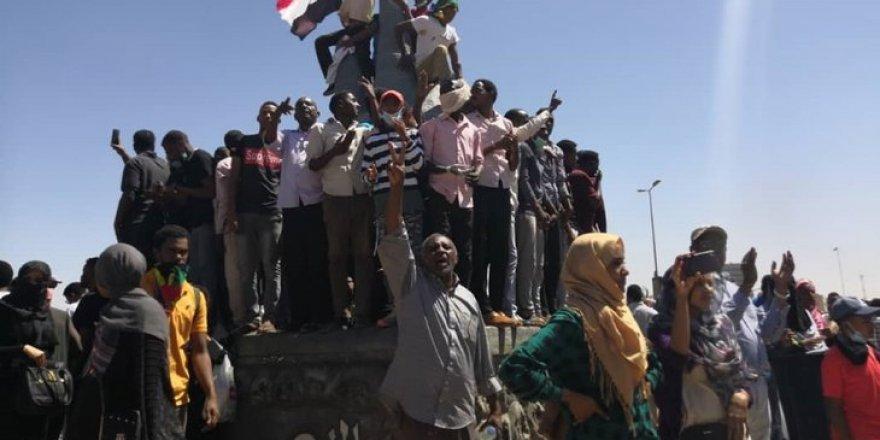 Sudan'da Ordunun Karargâhını Kuşatan Göstericiler Beşir'in İstifasını İstiyor